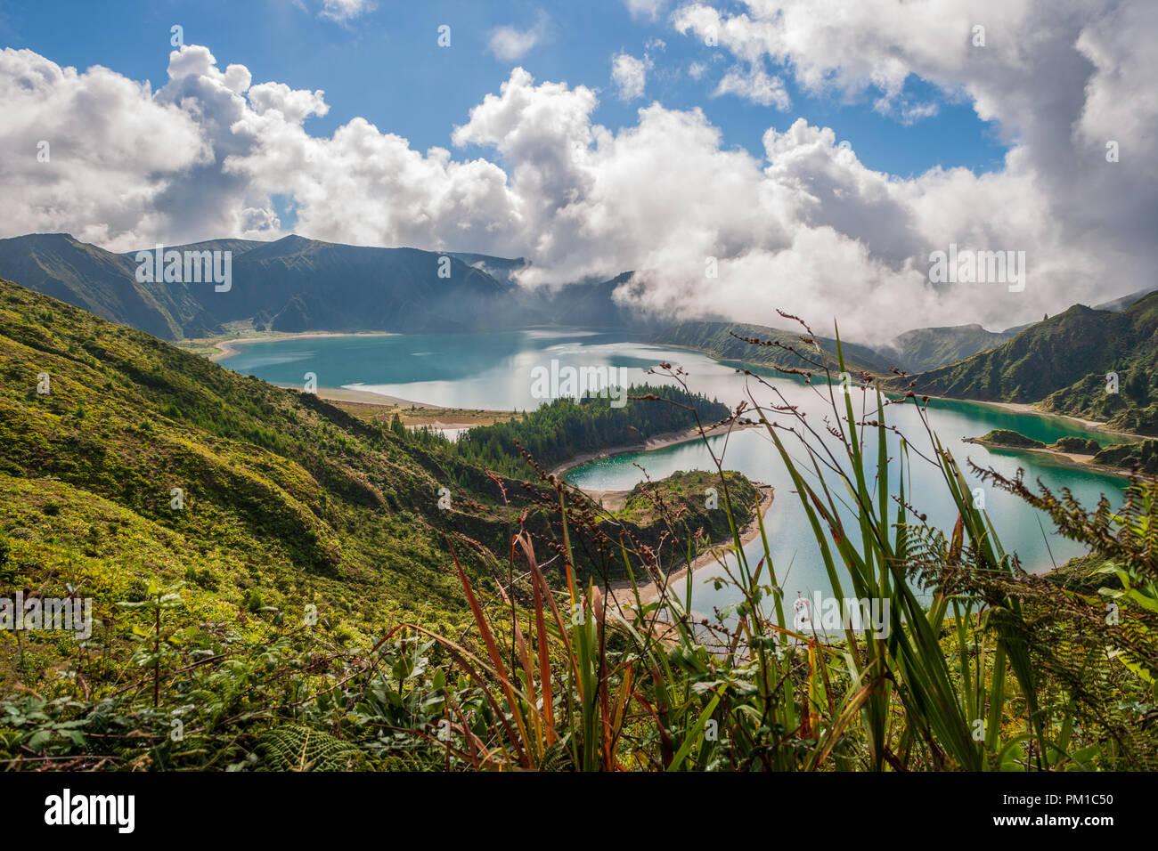 Anzeigen von Lagoa do Fogo See von Feuer auf der Insel Sao Miguel Azoren ein kratersee in der Água de Pau massiv Stratovulkan Stockbild