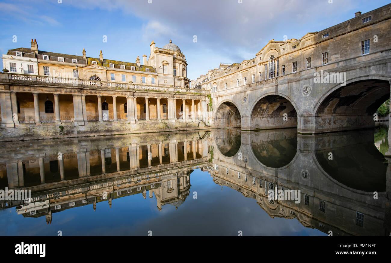 Blick auf pultney Bridge in der Badewanne, an einem schönen Tag mit klaren Reflexionen im Wasser Stockbild