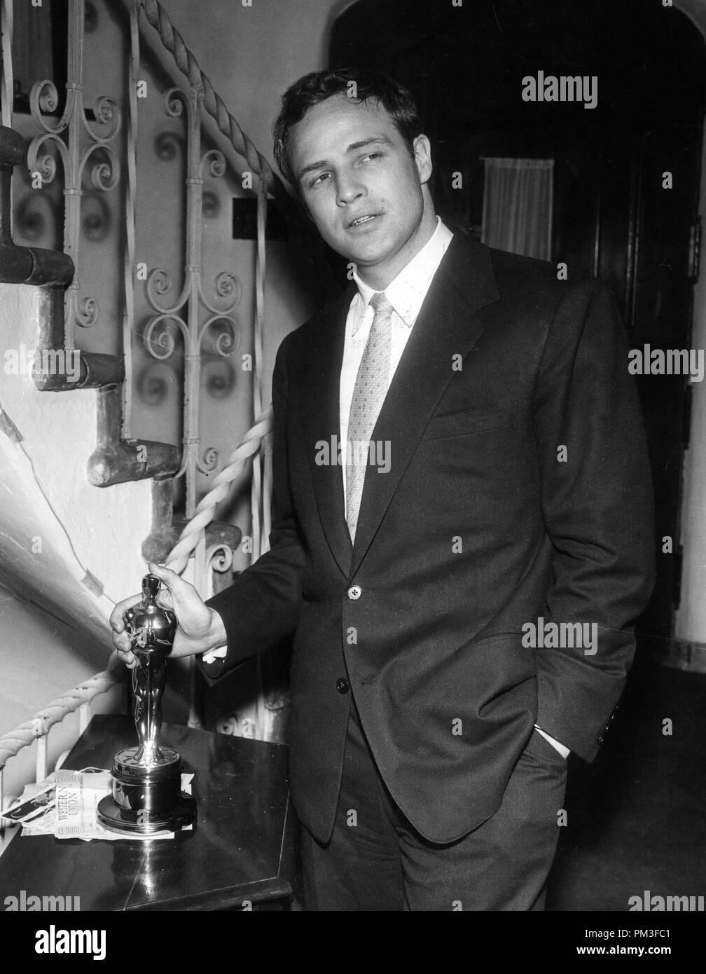 Studio Werbung noch: Marlon Brando mit seinem Oscar 1955 Datei Referenz #  30732 1036 THA Stockfotografie - Alamy