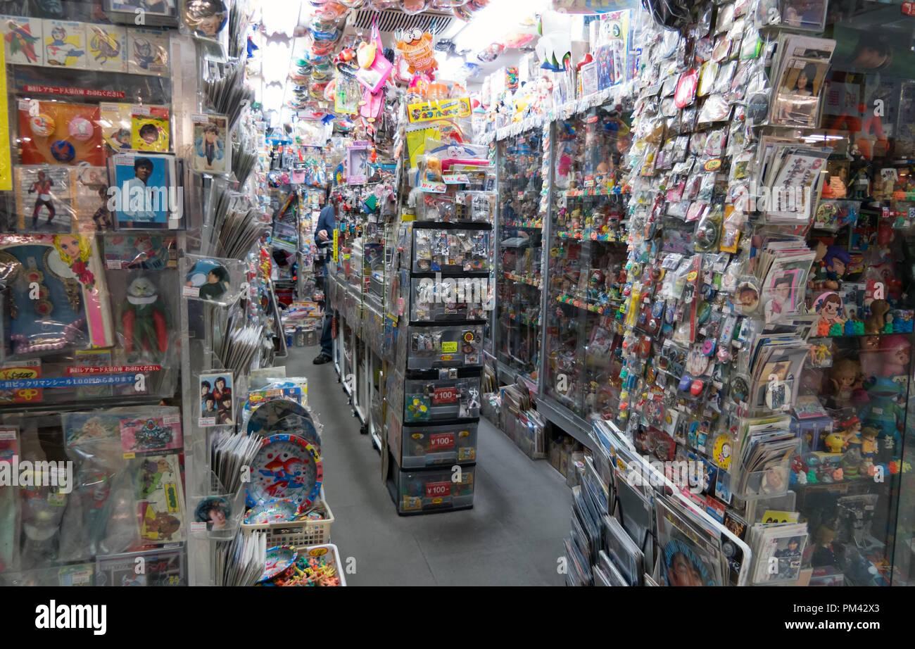 In Nakano Broadway Mall in Tokio, Japan, Asien. Japanische Shop Verkauf von altem Spielzeug, antike Puppen, collectibles, Erinnerungsstücke Stockbild