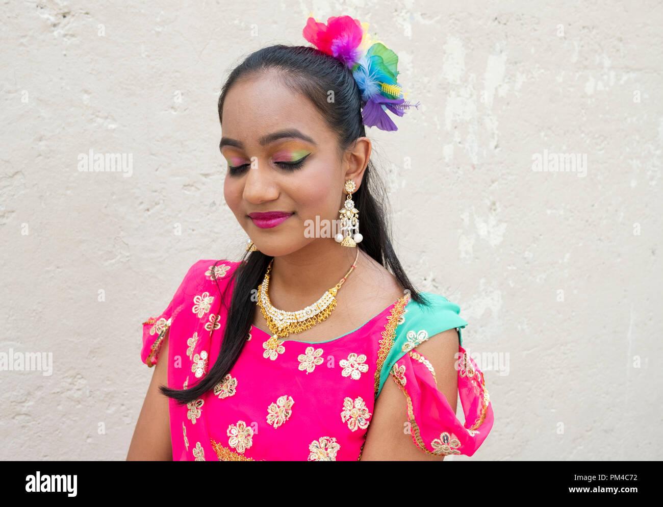 Nahaufnahme einer hübschen Hindu Jugendlicher in einem tanzenden Kostüm zeigt ihre bunten multi-ton Eyeliner. Bei der jährlichen Queens Krebs Spaziergang in Richmond Hill. Stockbild