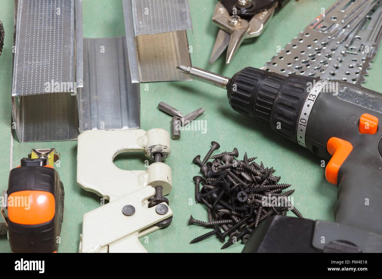 Gipskartonplatten Werkzeuge mit metall nieten, Schrauben, Maßband, screwgun und Punch lock Crimper eingestellt Stockfoto