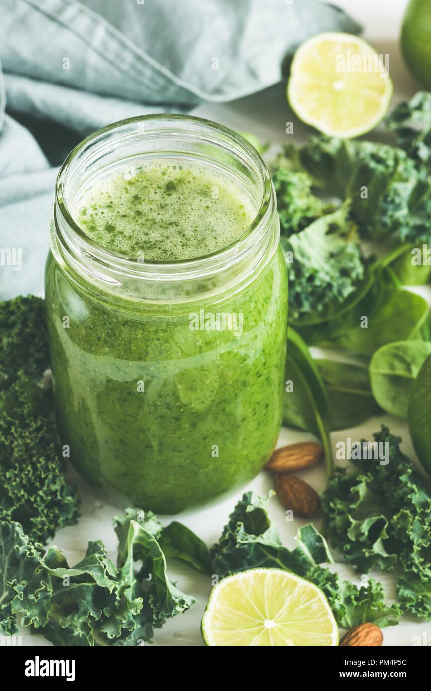 Grüne Smoothie in einer Glasflasche. Grünkohl Spinat Lime Green Apple Detox-smoothie Stockbild