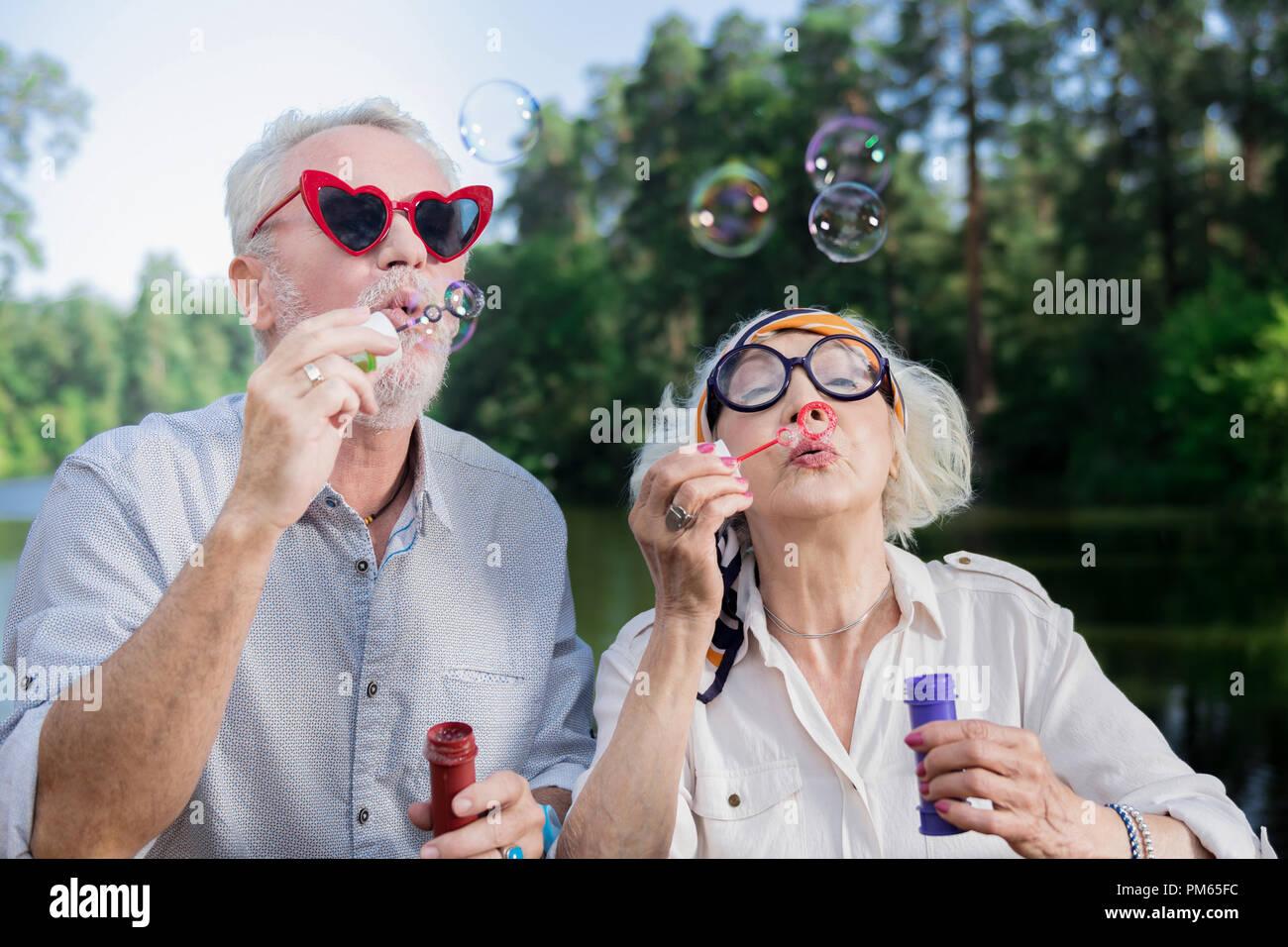 Cute Im Alter Von Paar Lustige Brille Tragen Und Blast Seifenblasen