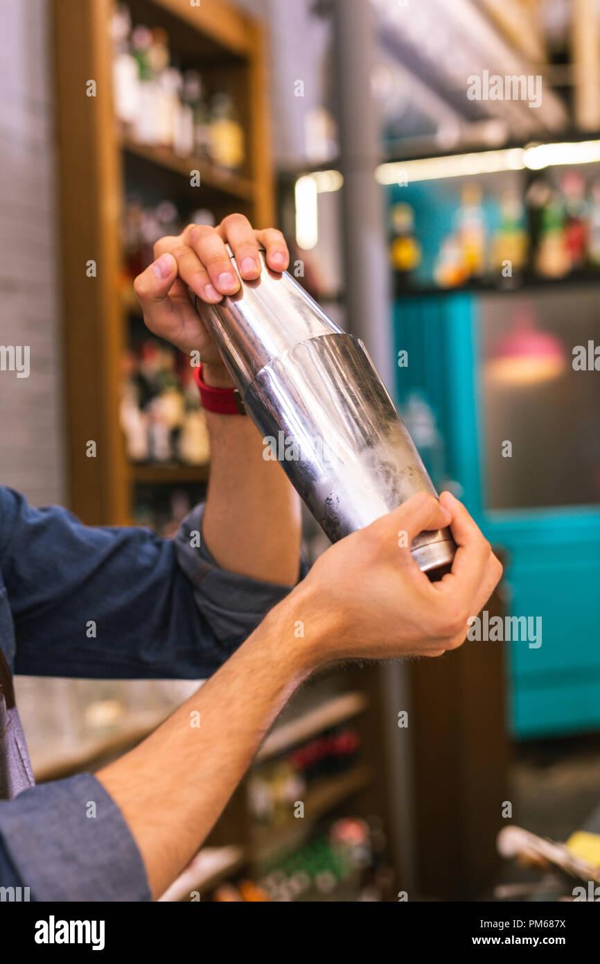 Nahaufnahme von erfahrenen Barkeeper Cocktails machen Stockbild