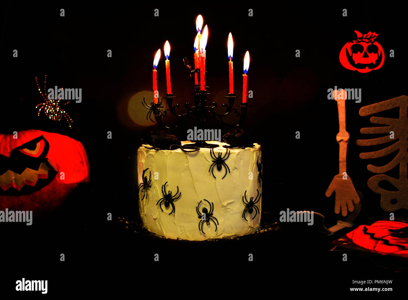 Kronleuchter Farbig ~ Happy halloween kuchen feiern. mit spinnen und rot brennenden kerzen