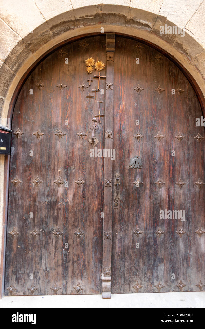 Kreuze und trockenen Silver thistle Blume, Carlina acaulis, Symbol in der vorderen Tür als eine Darstellung der Sonne vor Dämonen zu schützen. Stockbild