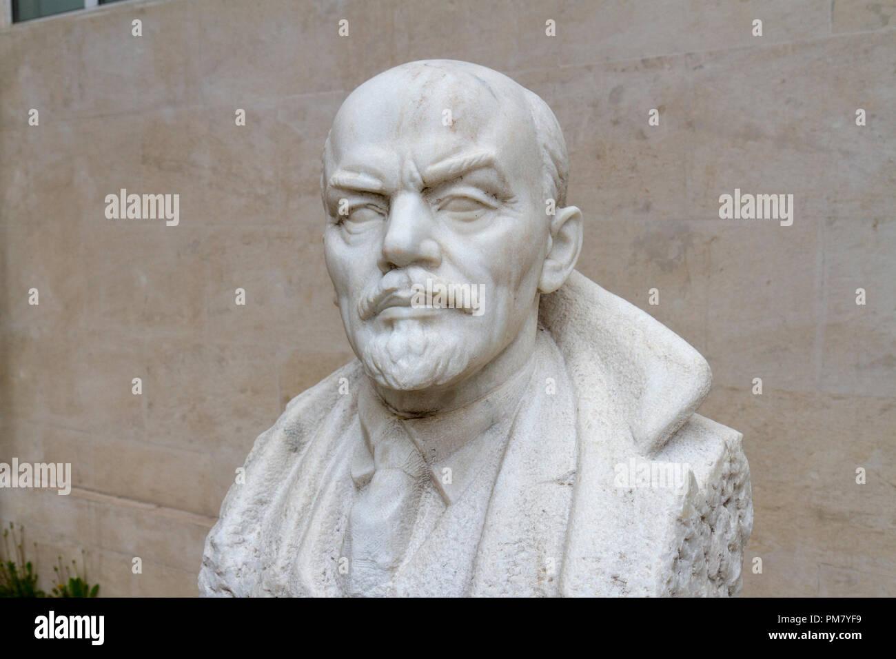 Stein Büste von Lenin durch Stoyu Todorov (1949) im Museum der Sozialistischen Kunst outdoor Sculpture Garden, Sofia, Bulgarien. Stockfoto