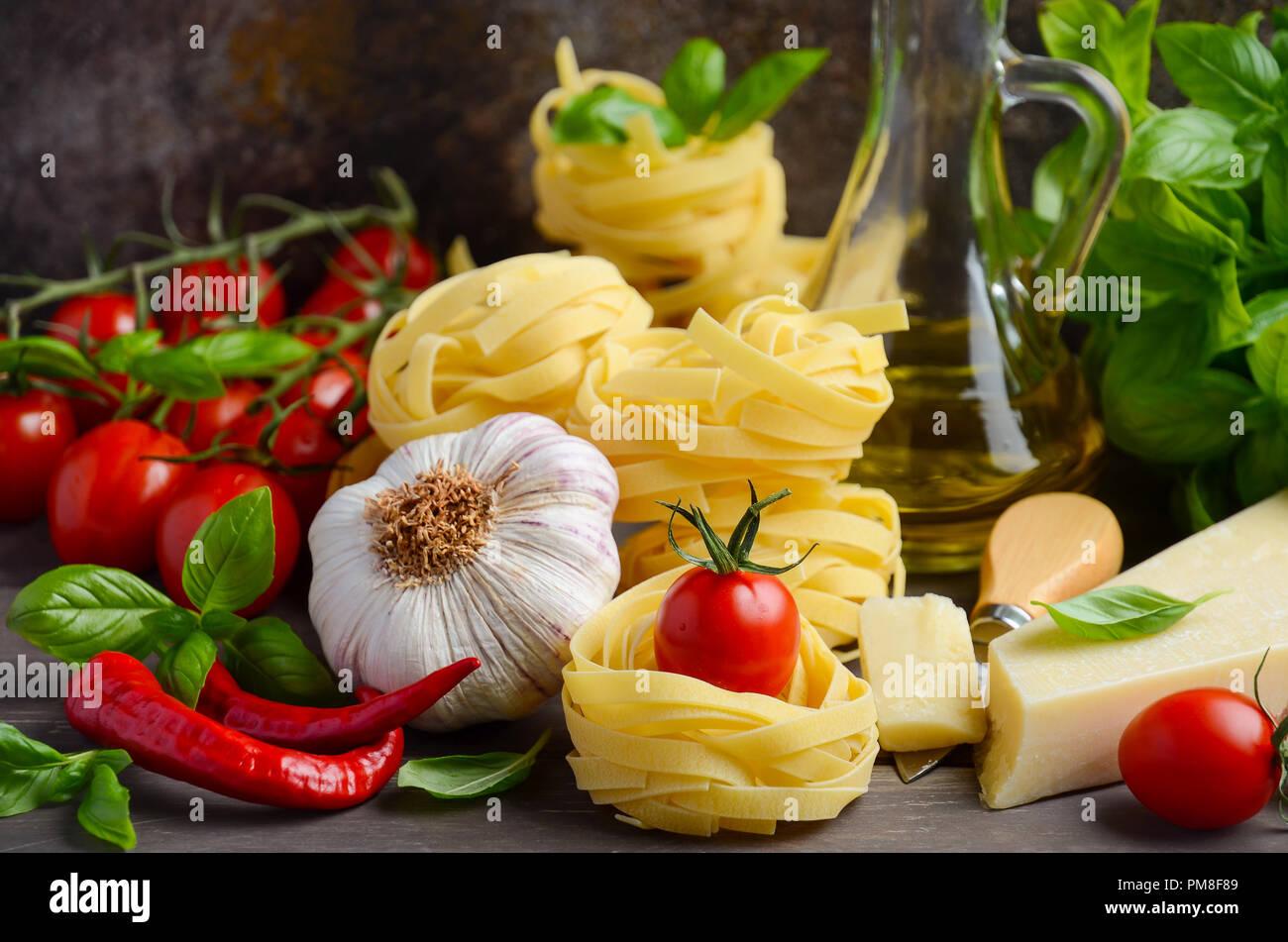 Pasta, Gemüse, Kräuter und Gewürze für italienisches Essen auf den hölzernen Hintergrund, selektive konzentrieren. Stockbild