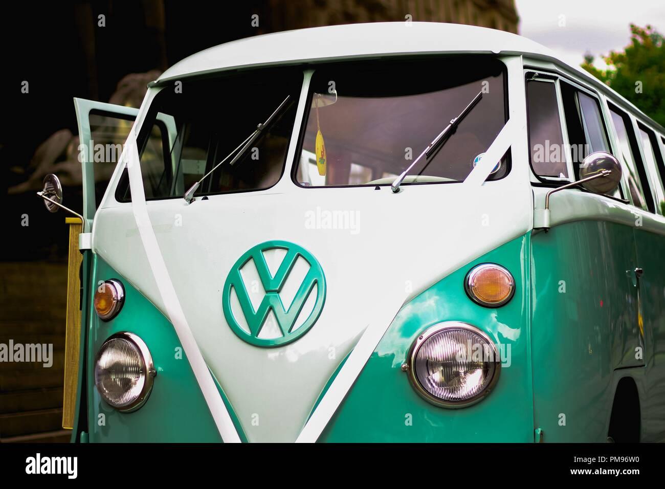 Retro Vw Camper Van Verwendet Fur Hochzeiten Stockfoto Bild
