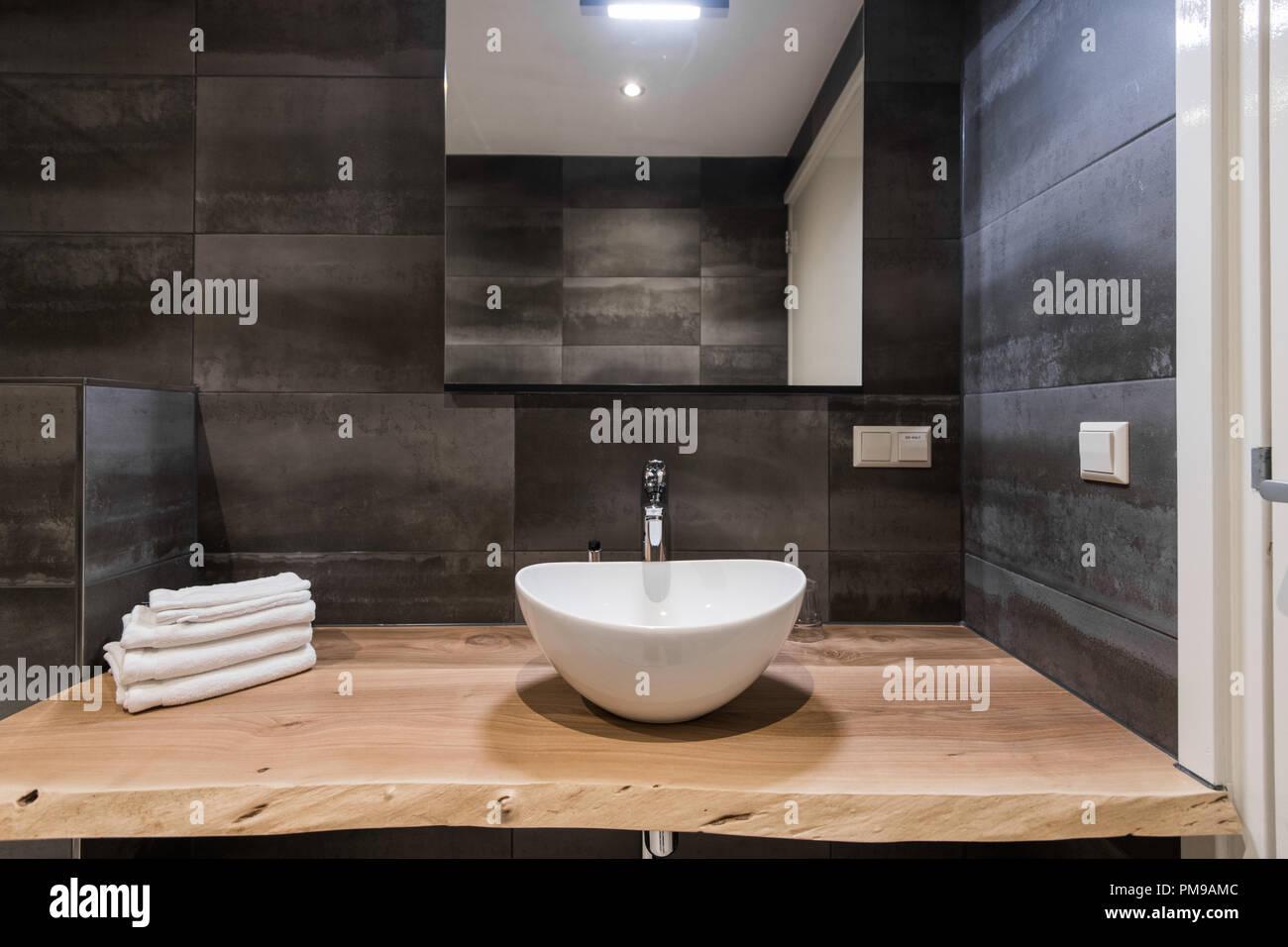 Turbo Modernes Interieur des Bad. Das Waschbecken ist aus weißem massive VR03