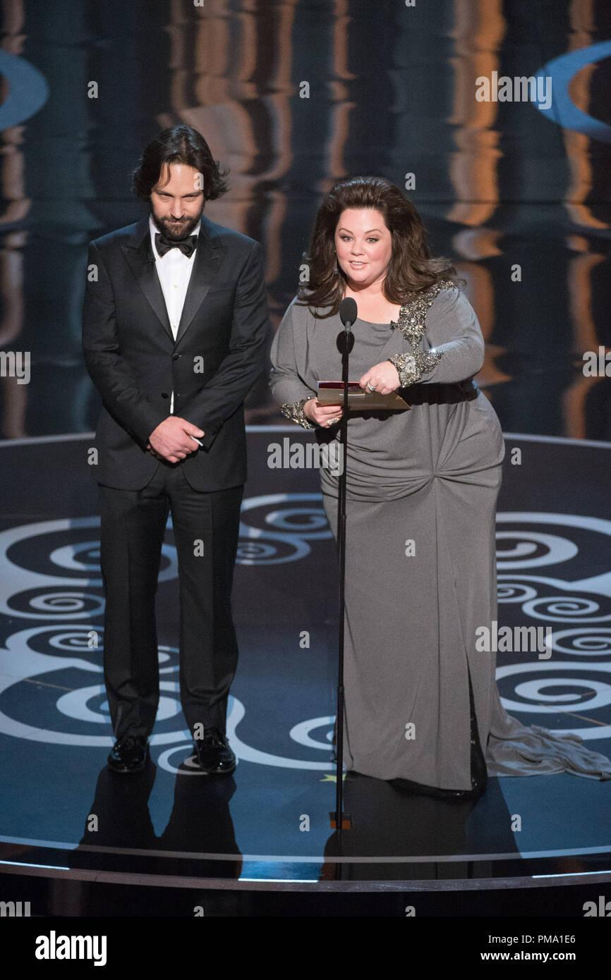 Paul Rudd und Melissa McCarty der Kategorie Bester animierter Kurzfilm einführen während der Live ABC Telecast der Oscars® von der Dolby® Theater in Hollywood, CA, Sonntag, 24. Februar 2013. Stockbild
