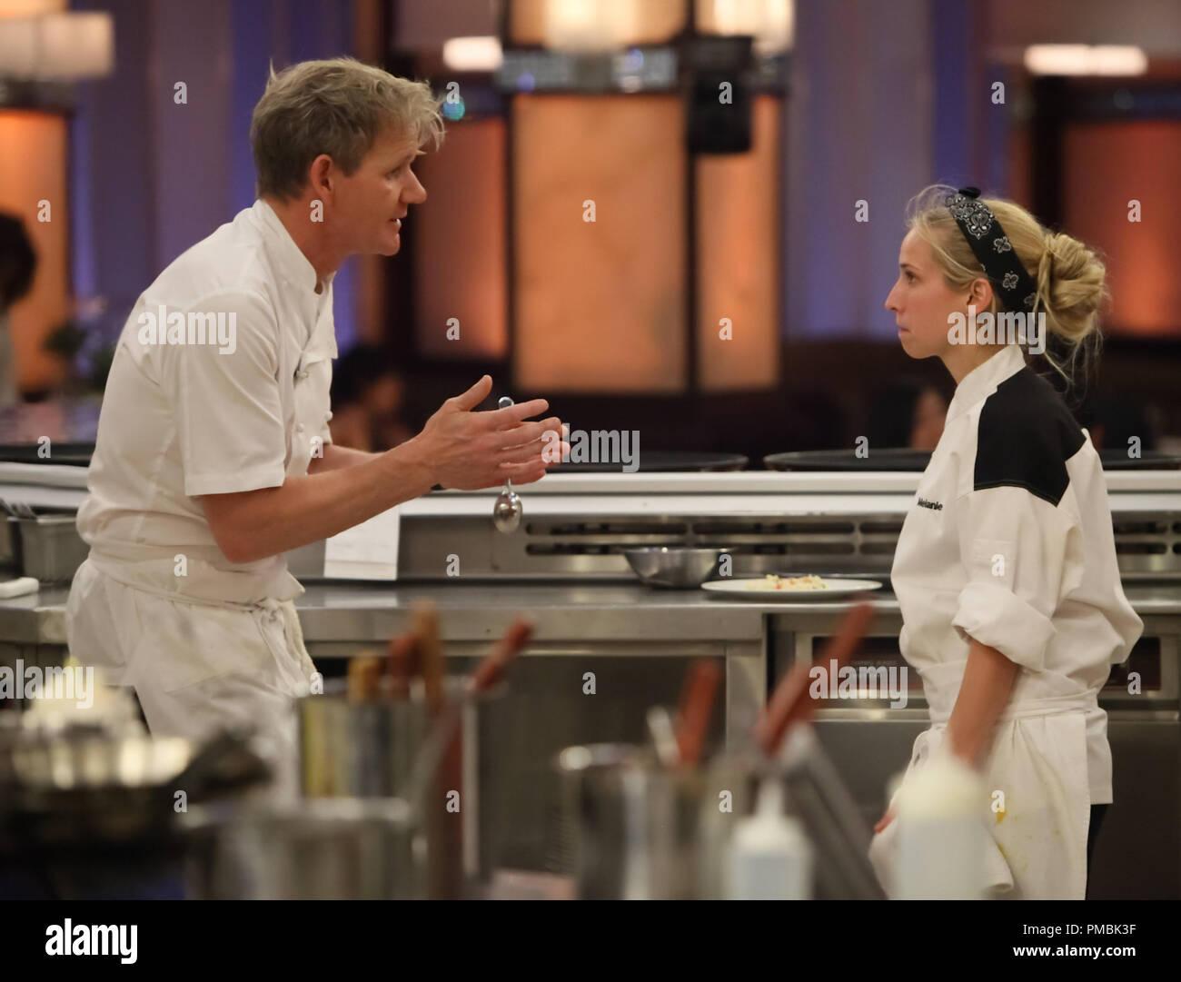 Hell S Kitchen Chef Ramsay L Leitet Die Teilnehmer Melanie R Beim Abendessen In Der Neuen 4 Chefs Konkurrieren Episode Von Hell S Kitchen Stockfotografie Alamy