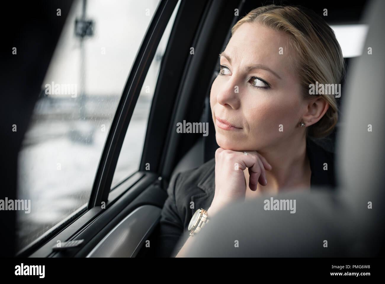 Nachdenklich Geschäftsfrau im Auto Stockfoto