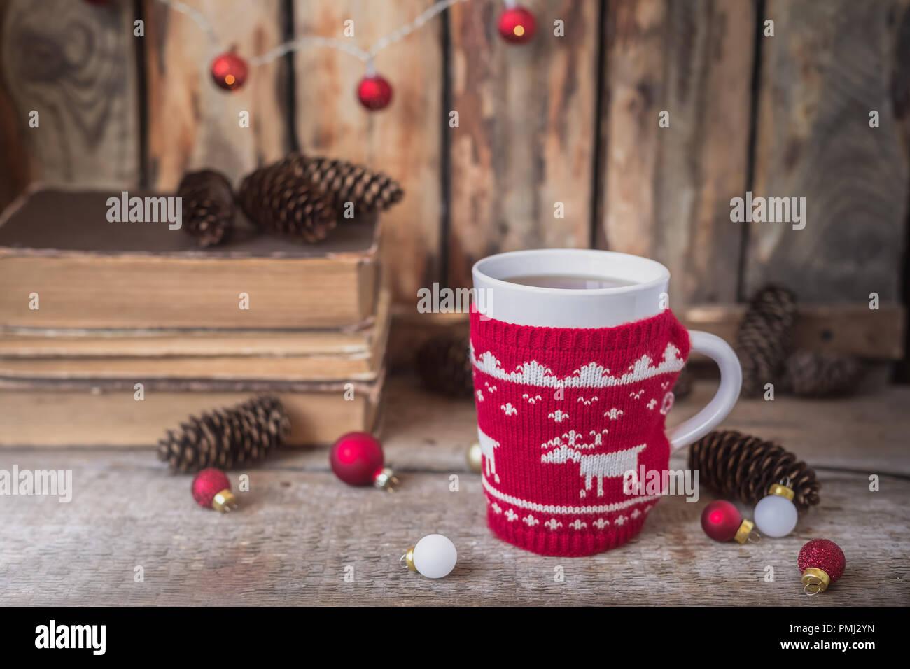 Weihnachtsbeleuchtung Kegel.Gestrickte Rote Schale Mit Weißer Rentiere Weihnachtsbeleuchtung