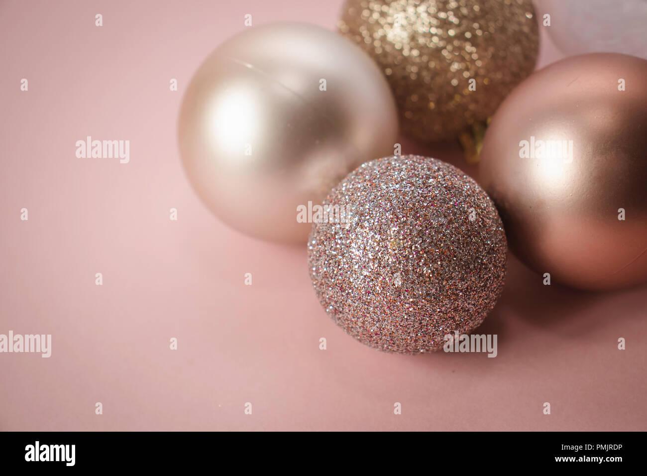 Christbaumkugeln Rosegold.Rose Gold Weihnachtskugeln Auf Einem Rosa Hintergrund