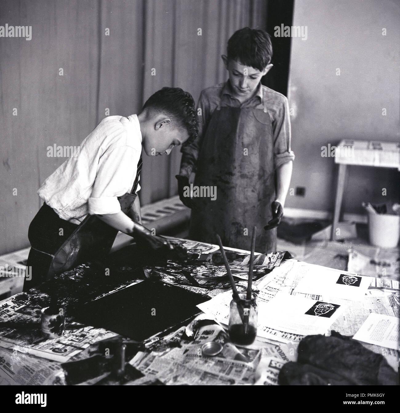1960, historische, zwei Schüler erhalten unordentlich Ausdrucke in einem artclass, England, UK. Stockbild