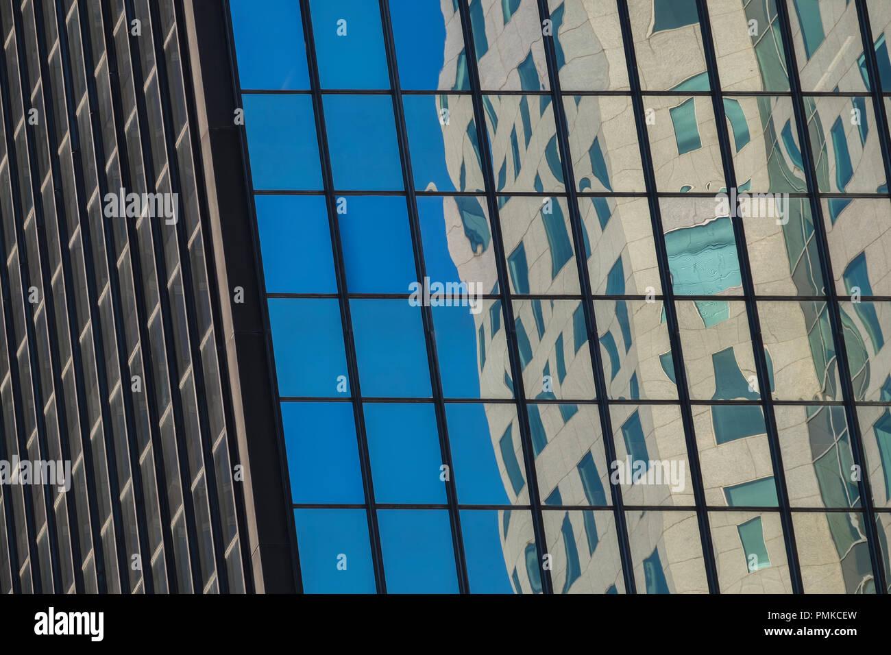 Reflexionen in Bürogebäuden, in der Innenstadt von Birmingham Alabama Stockbild