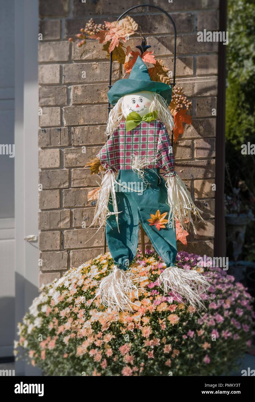 Halloween Dekoration Stroh Scarecrow Vor Dem Haus Stockfotografie Alamy