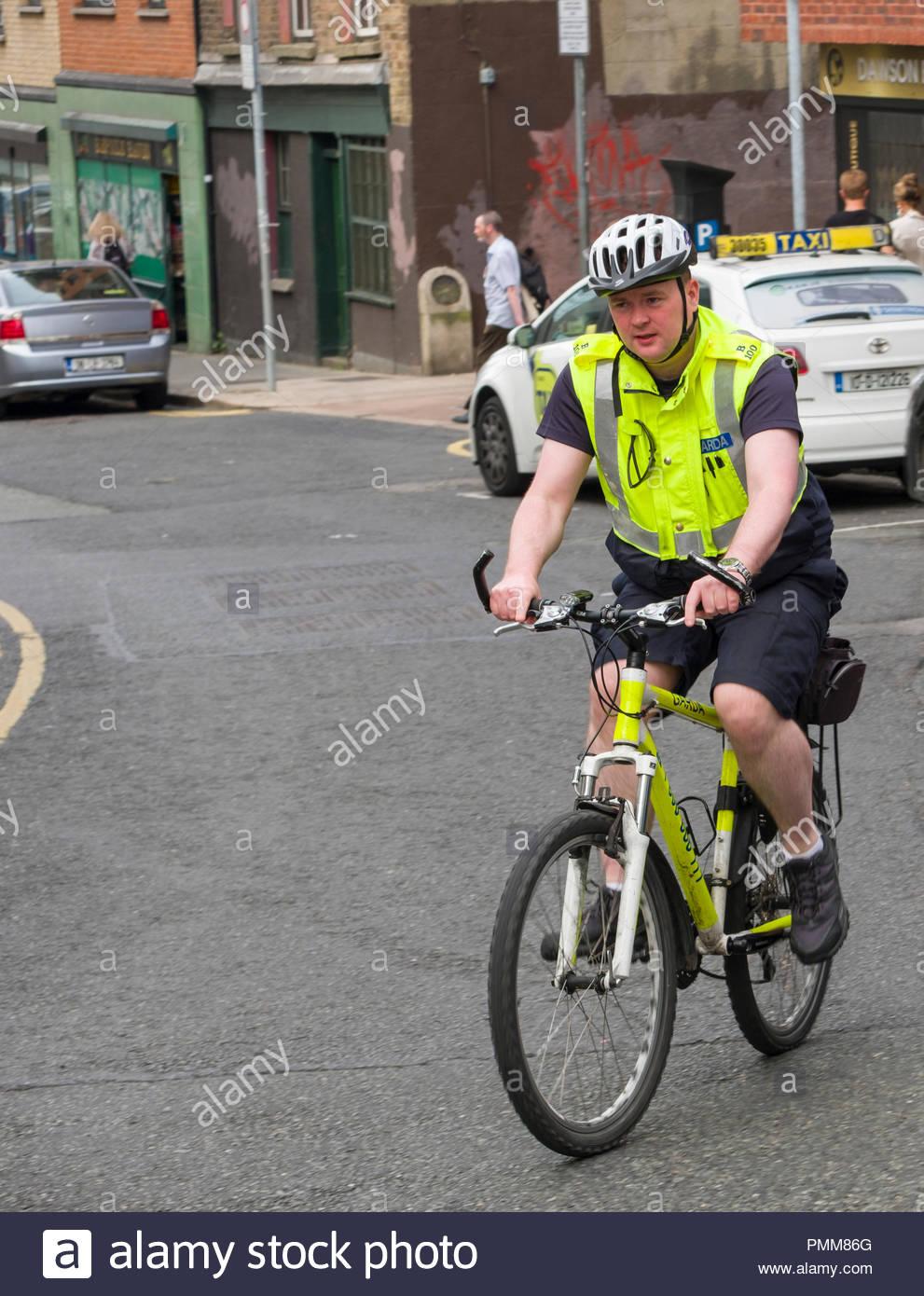 Gardaí- Offizier auf Fahrrad Patrouille mit Helm und reflektierenden Weste, Fishamble Street, Christchurch, Dublin, Leinster, Irland Stockfoto