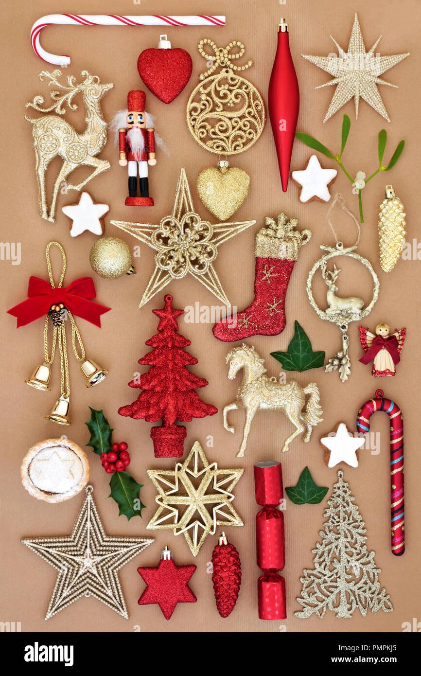 Weihnachten altmodische retro Ornamenten und Verzierungen mit Essen und Winter Flora auf Geschenkpapier Hintergrund. Festliche Karte für die Ferienzeit. Stockbild
