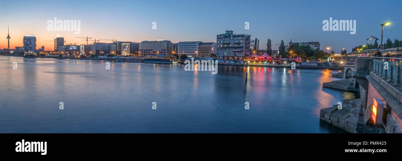 Panoramablick von der Oberbaumbrücke, am Fluss Spree, Skylöine, Friedrichshain, Alex, Fernsehturm, Stockbild