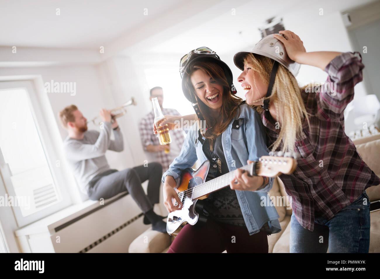 Gruppe von Freunden Spaß haben, feiern und trinken Stockbild