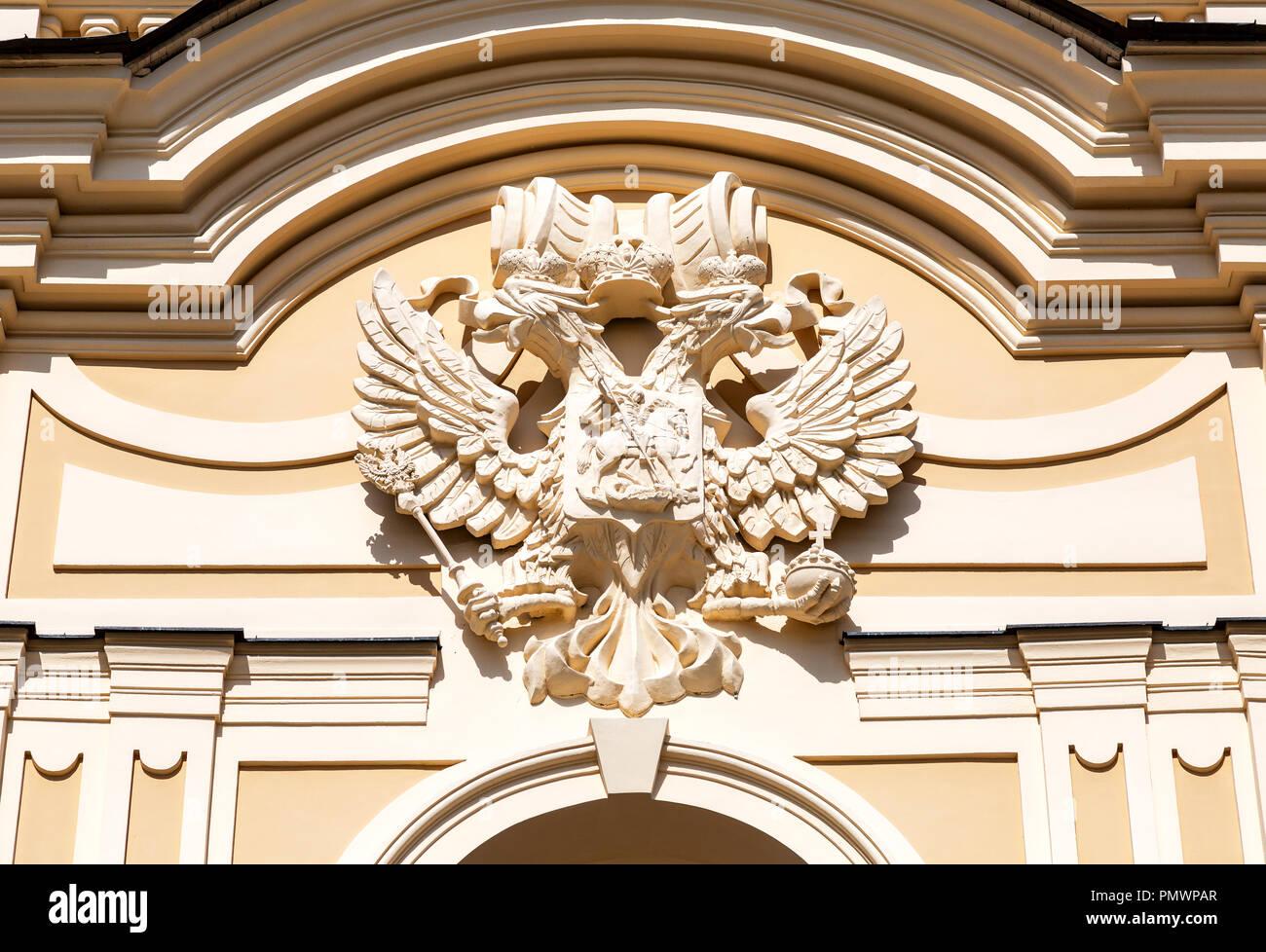 August 2017: Doppelköpfiger Russischen Adler Auf Der Fassade Des  Konstantinovsky Palast In Strelna