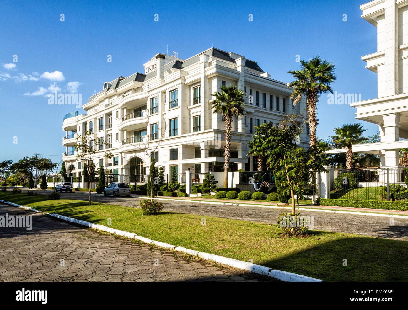 Gebäude in der wohlhabenden Nachbarschaft von jurere Internacional. Florianopolis, Santa Catarina, Brasilien. Stockbild