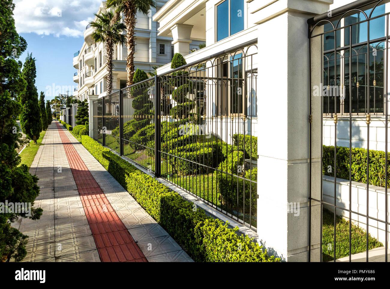 Bürgersteig in den wohlhabenden Nachbarschaft von jurere Internacional. Florianopolis, Santa Catarina, Brasilien. Stockbild