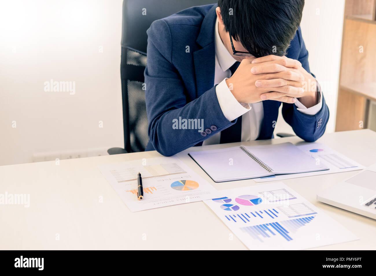 Niedergeschlagen und müde Geschäftsmann Ende traurig und Problembehebung im Amt. im Tagungsraum. betont und bei der Arbeit Krise Konzept besorgt. Stockbild