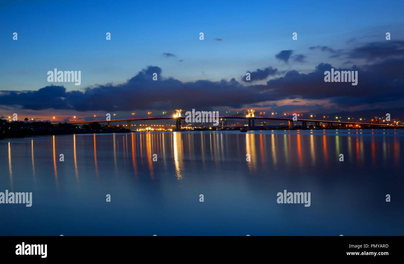 Zwei Mactan Brücken mit Reflexionen im Wasser, Nacht schießen, lange aussetzen Stockfoto