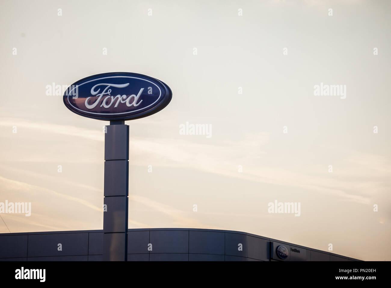 Belgrad, SERBIEN - 19. SEPTEMBER 2018: Ford Logo auf ihren wichtigsten Händler store Belgrad. Ford ist ein amerikanisches Auto und Kfz-Hersteller, der sec Stockfoto