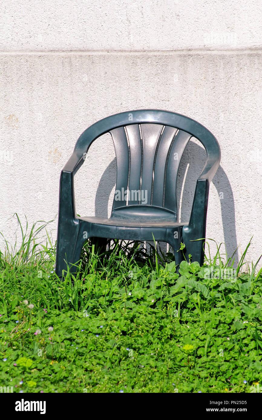 Grün Stuhl Aus Kunststoff Im Garten Auf Grünem Gras Durch Steinmauer
