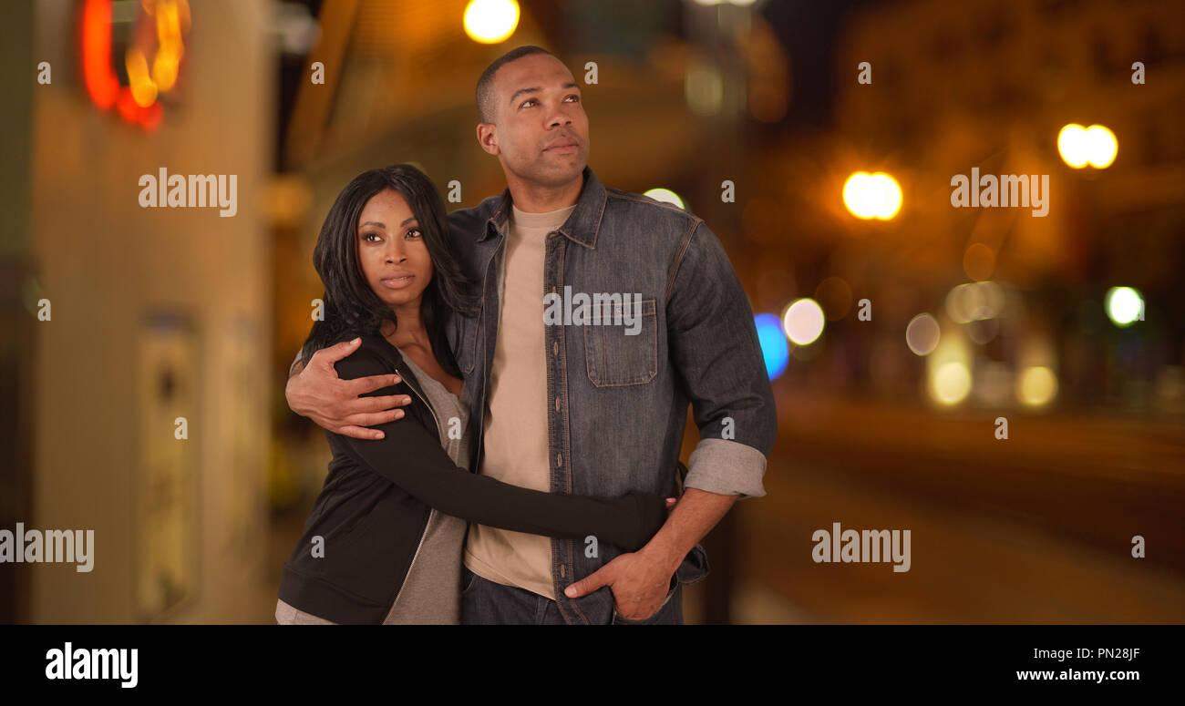 Schwarz Paar zusammen Stadt Straße zusammen in der Nacht Stockfoto