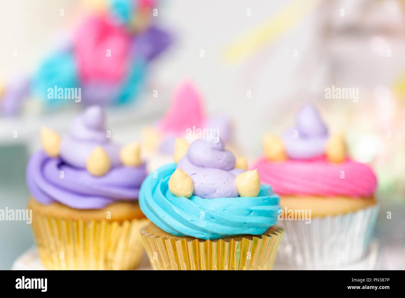 Mehrfarbige Einhorn Cupcakes Auf Kleine Madchen Geburtstag Stockfoto