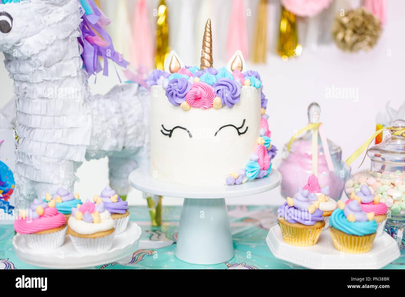 Kleines Mädchen Geburtstag Tabelle Mit Unicorn Kuchen Muffins Und