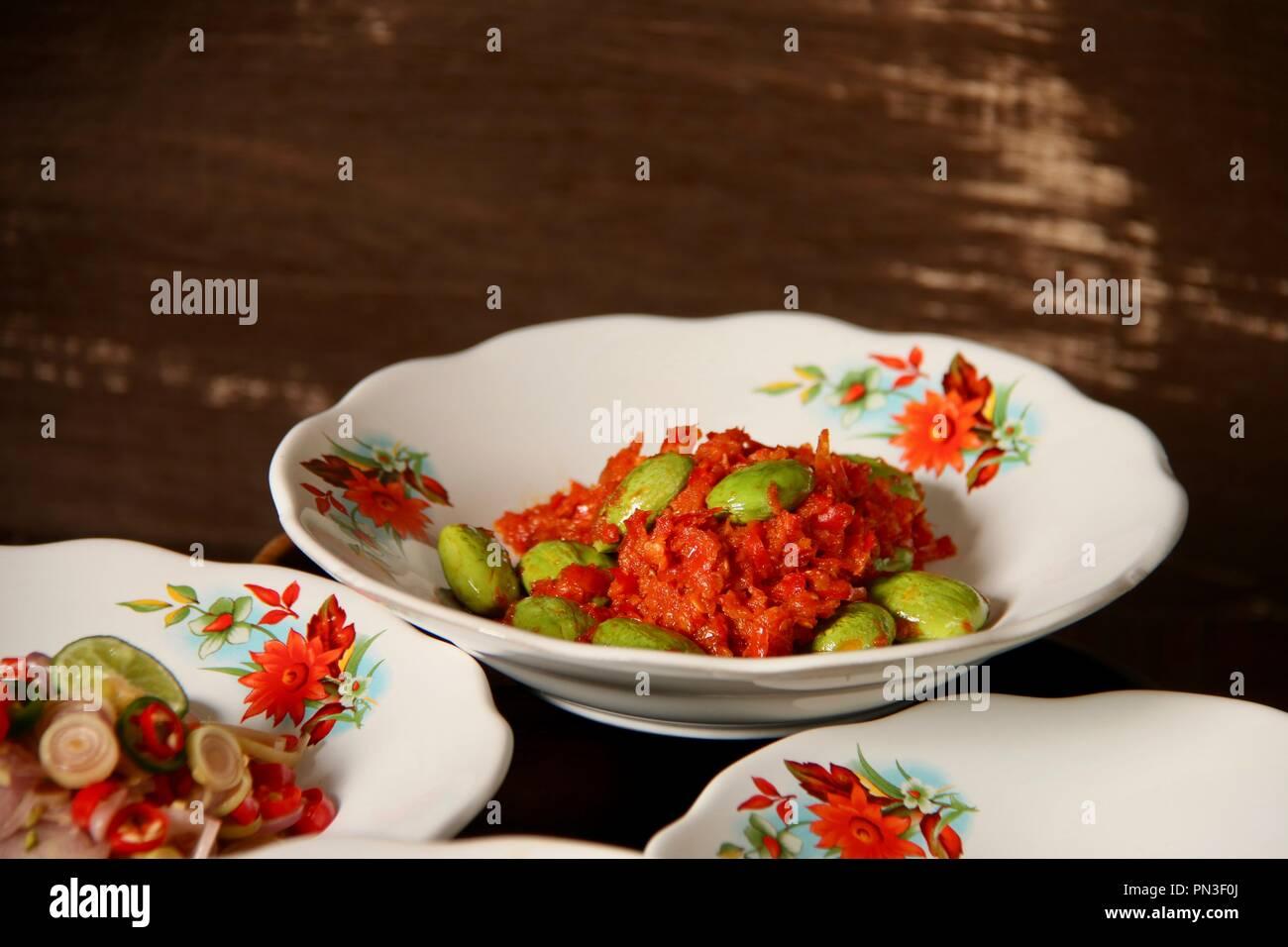 Sambal Petai, die javanische würzige Soße von zerdrückter roter Chili Pfeffer mit stinken Bohnen Stockbild