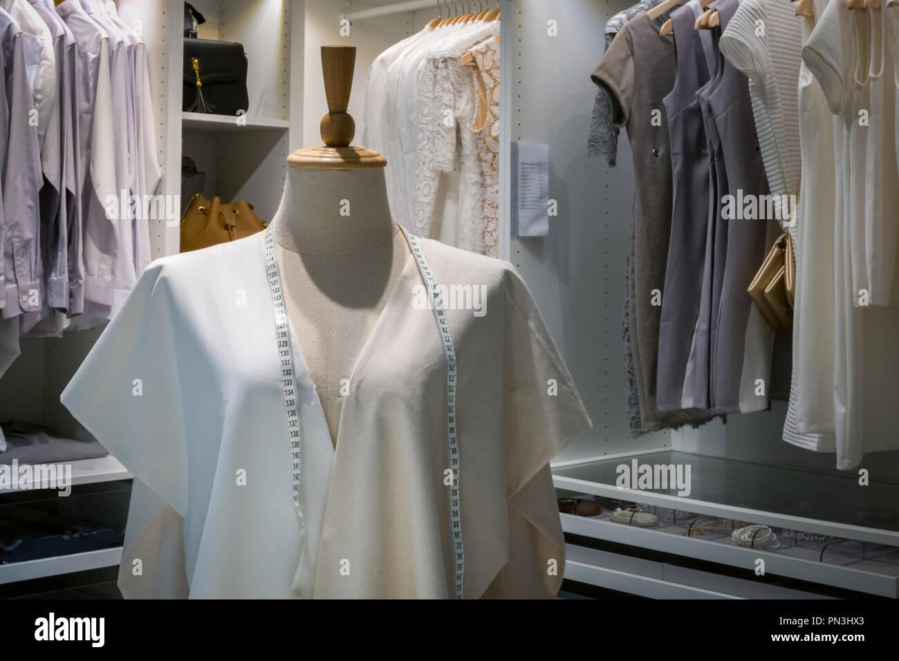 c45e5de2416c61 Maßband am Hals der dummy dummy Display Kunden an Clothing Store oder Mode  Shop mit Männer Hemd