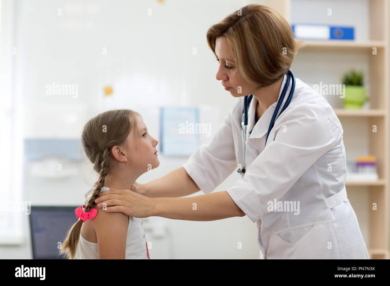 Arzt Für Kleine Mädchen Mandeln Stockfoto Bild 219602423 Alamy
