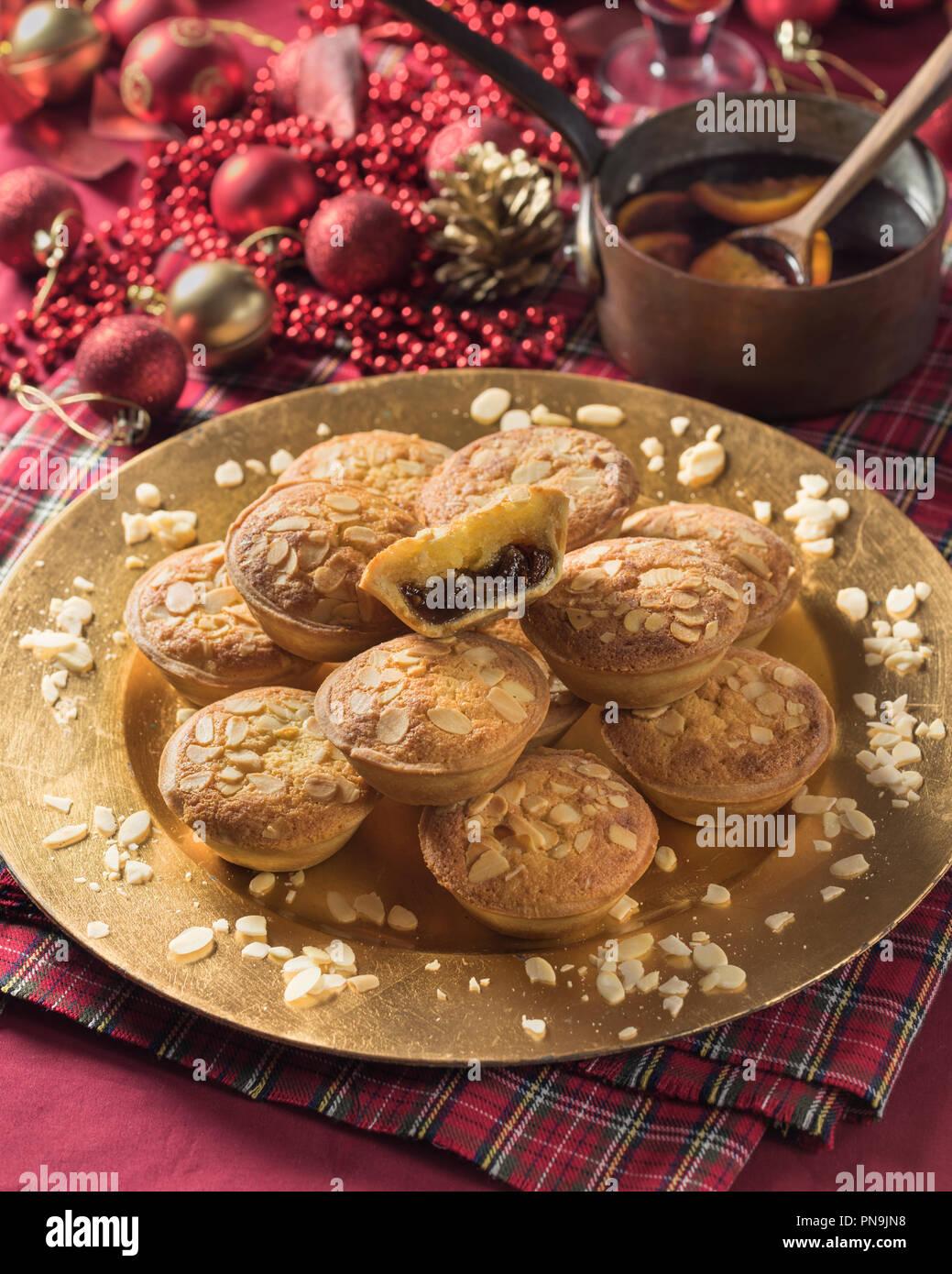 Frangipane mince pies mit Mandel- nachfüllen. Festliche essen UK Stockfoto