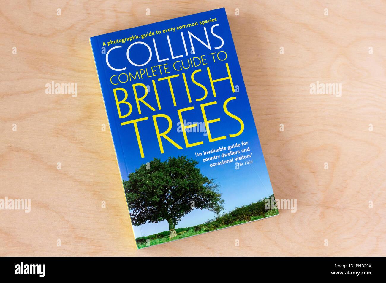 Collins Complete Guide to British Bäume, Natur Resource Guide buchen, Vereinigtes Königreich Stockbild