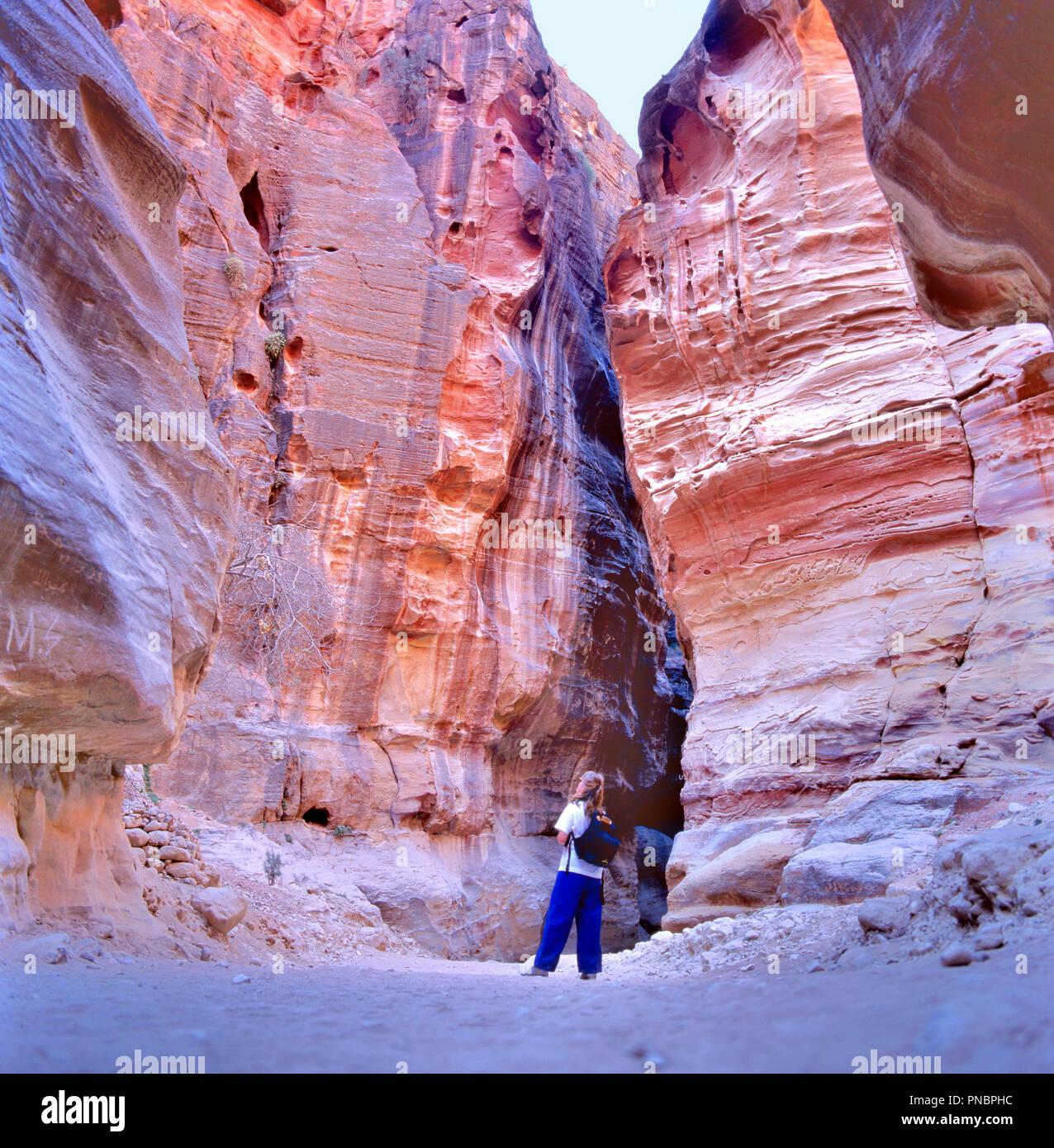 PETRA, Jordanien - September 12,2015: Der Siq, den schmalen Schlitz - Canyon, dient als Eingang Passage, die Verborgene Stadt Petra, Jordanien Stockbild