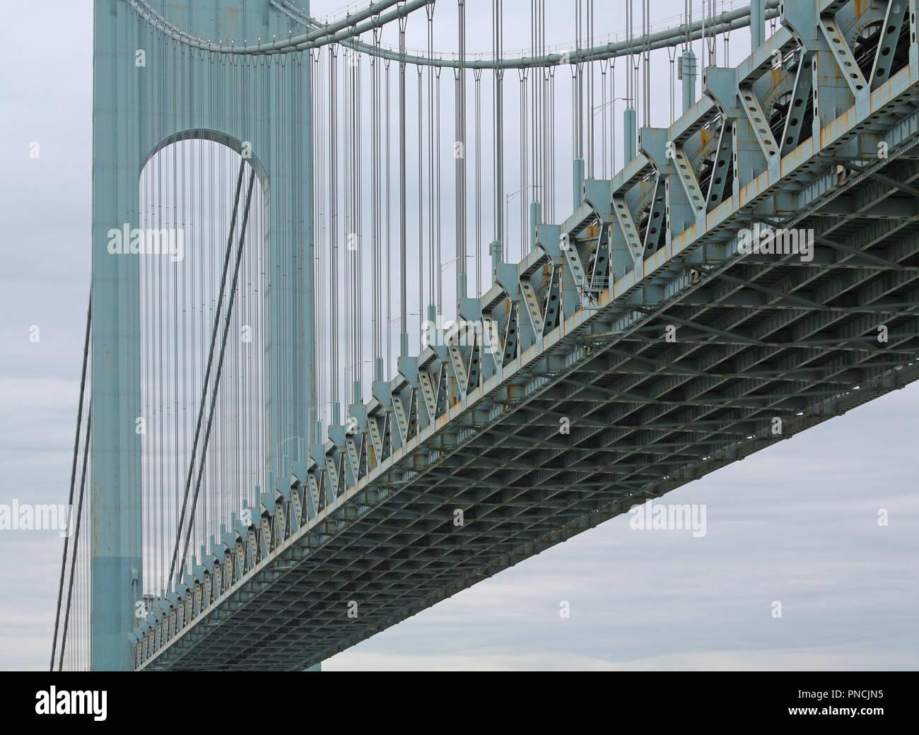 Detail der Suspension Bridge über den Hudson River von Fort Wadsworth auf Shoreline Stockbild