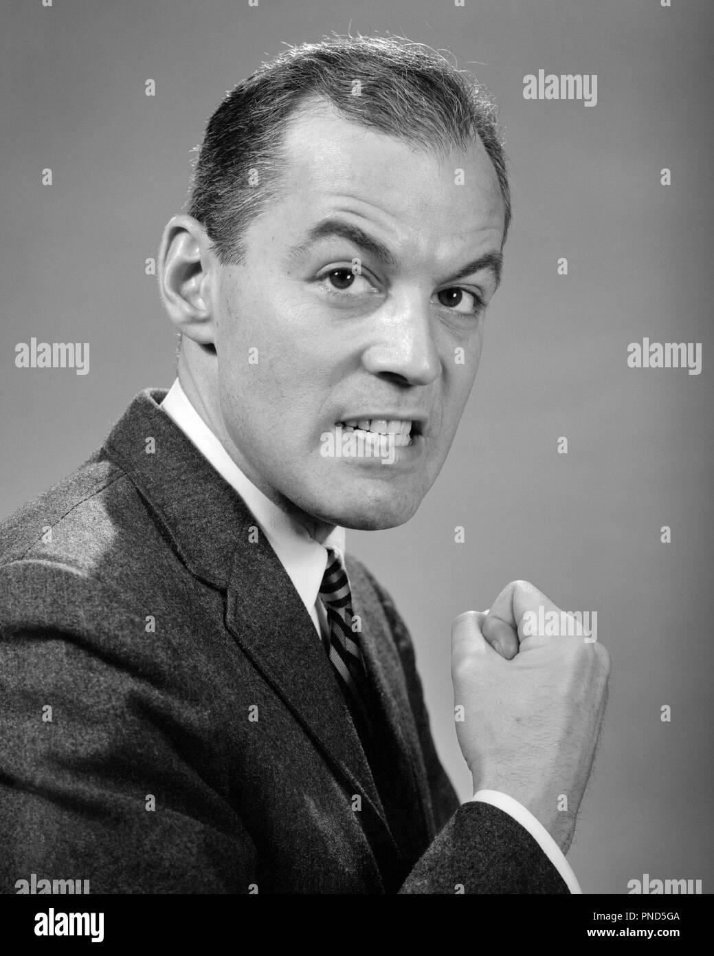 1950er Jahre 1960er wütend, wütend Geschäftsmann, FAUST AUF KAMERA - p1666 HAR 001 HARS MITTE ERWACHSENEN MANN RAGE AUGENBRAUEN SCHWARZ UND WEISS KAUKASISCHEN ETHNIE HAR 001 ALTMODISCH Stockfoto