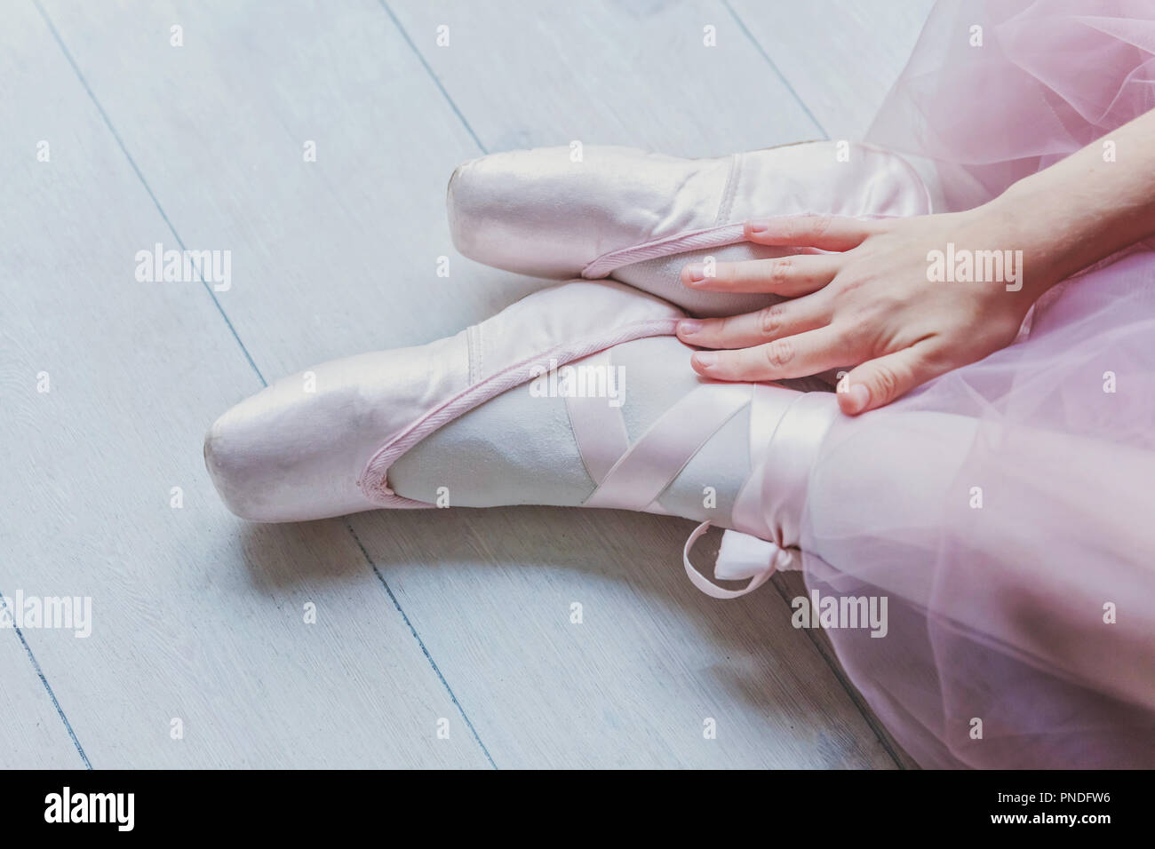 Hände von Ballerina in rosa Tutu Rock setzt auf pointe
