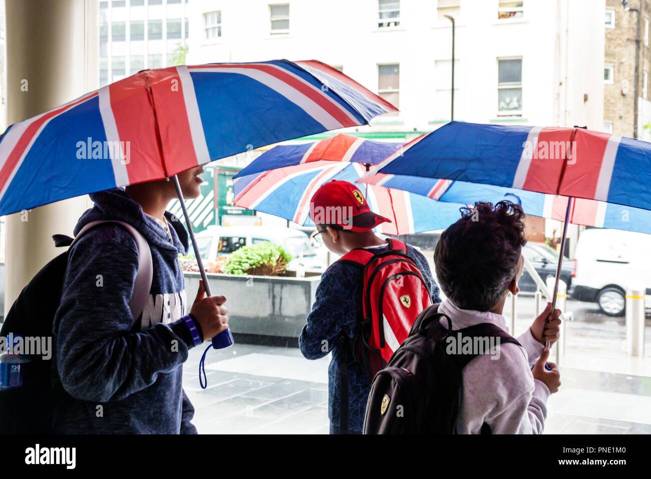 London England United Kingdom South Bank Lambeth regen Regentag wetter Union Jack Flagge Farben Sonnenschirme im Nahen und Mittleren Osten junge Brüder Stockbild