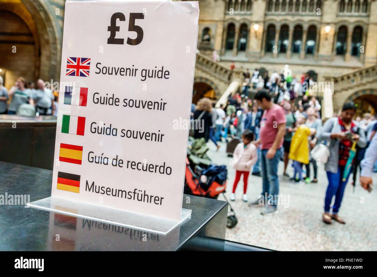 London England Grossbritannien Vereinigtes Königreich Kensington Natural History Museum in Mail Halle souvenir Guide zum Verkauf mehrere Sprachen Französisch Spani Stockbild