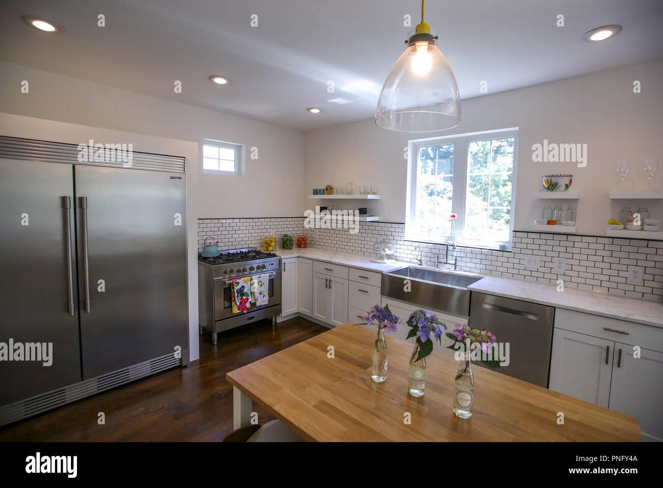 Oben: Die Küche Trägt Kathy Davidu0027s Design Stempel In, Dass Es Keine Wand  Schränke, Sondern Nur Einfache Offene Regale, Und Dass Schwarze Fugen Waren  ...