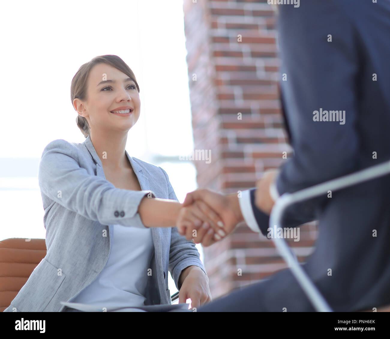 Erfolgreiches Vorstellungsgespräch mit Chef und Mitarbeiter handshaking Stockbild
